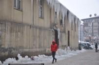 İSLAM - Yüksekova'da Buz Sarkıtları Bir Metreyi Geçti