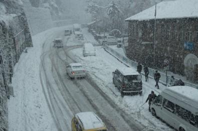 Bitlis'te Kar Yağışı Nedeniyle Yaklaşık 500 Araç Yolda Mahsur Kaldı