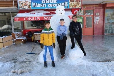 Çocuklar İki Metre Boyunda Kardan Adam Yaptı