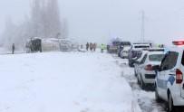 YOLCU OTOBÜSÜ - Erzincan'da Buzlanan Yolda Otobüs Yan Yattı Açıklaması 46 Yaralı