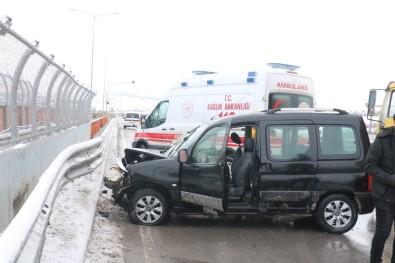 Hafif Ticari Araç Bariyerlere Çarptı Açıklaması 4 Yaralı