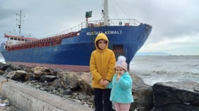 Hatay'da Karaya Vuran Gemi Vatandaşların İlgi Odağı Oldu