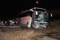 YOLCU OTOBÜSÜ - TEM Otoyolunda Bariyerlere Çarpan Otobüs Yoldan Çıktı 7 Kişi Yaralandı