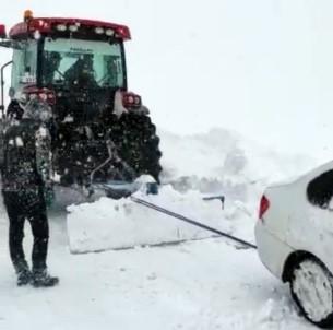 Yüksekova'da Tipide Mahsur Kalan 3 Kişi Traktörle Kurtarıldı