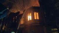 GENÇ KIZ - Bakırköy'de Korkutan Yangın Açıklaması Ahşap Bina Alev Alev Yandı