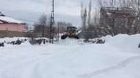 Karlıova'da Kar Kamyonlarla Taşınıyor