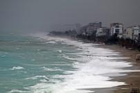 Antalya'da Dev Dalgalar Sahili Dövdü