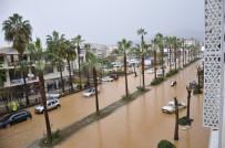 Antalya'da Sağanak Yağmur Hayatı Felç Etti