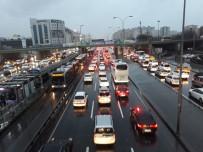 İstanbul'da Sağanak Yağış Ve Fırtı İle Geldi