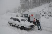 TAŞIMALI EĞİTİM - Kar Nedeniyle Yolda Kalan Araçlar Kurtarıldı