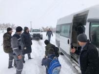 TAŞIMALI EĞİTİM - Karda Mahsur Kalan Öğrencilerin Yardımına Hüyük Belediyesi Ekipleri Yetişti