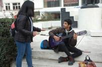 MÜZİK ÖĞRETMENİ - Keşanlı Sokak Müzisyenleri Soğuk Havayı Şarkıları İle Isıtıyor