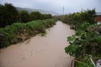 Kumluca'da Taşan Dere Su Baskınına Sebep Oldu