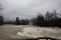 OYMAPıNAR - Manavgat Irmağı'nda Su Seviyesi Irmak Kıyısındaki Tesisleri Tehdit Ediyor