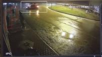 Otomobil İle Servis Aracı Böyle Çarpıştı, Kaldırımda Bekleyen Kadınlar Da Ölümden Döndü