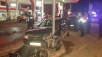 Otomobil Trafik Lambasına Çarptı
