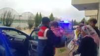 MEVSİMLİK İŞÇİ - Sel Nedeniyle Evlerinde Mahsur Kalan 5 Aileyi Jandarma Kurtardı