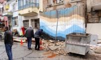 FEVZIPAŞA - Şiddetli Fırtına Sebebiyle Duvar Otomobilin Üstüne Devrildi
