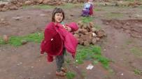 İÇ SAVAŞ - Hatay'daki Göçmen Çocuklara Kıyafet Yardımı