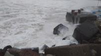 Karadeniz'de Dalga Boyu 7 Metreyi Buldu, Dalgalar Limanı Dövüyor