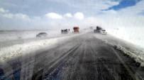 KURTARMA EKİBİ - Kayseri'de Yolcu Otobüsü Devrildi Açıklaması 14 Yaralı