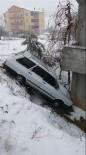 PELITÖZÜ - Kontrolden Çıkan Otomobil Eve Çarparak Durabildi