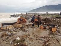 SAĞANAK YAĞIŞ - Sel Sularıyla Taşınan Odunları Topladılar