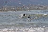 Alanya'da Fırtına Sonrası Sörf Keyfi