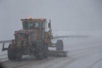 YAĞIŞLI HAVA - Erzincan'da Kar Ve Tipi 10 Köy Yolunu Ulaşıma Kapadı