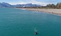 Kar Soğuğunun Vurduğu Antalya'da Vatandaşlar Isınmak İçin Denize Girdi