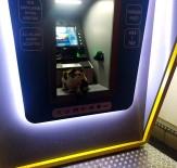 YAĞIŞLI HAVA - Sokak Kedisi Fırtınadan ATM'ye Sığındı