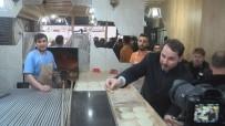 SİVAS VALİSİ - Bakan Albayrak Kendisine İkram Edilen Pideyi Gazetecilerle Paylaştı