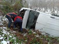 Düzce'de Karda Yoldan Çıkan Minibüs Şarampole Uçtu Açıklaması 5 Yaralı