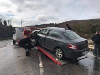 EMNIYET ŞERIDI - Ümraniye'de İki Araç Kafa Kafaya Çarpıştı Açıklaması 2 Yaralı