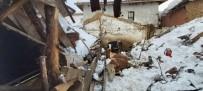 Üzerinde Kar Biriken Ahırın Çatısı Çöktü, Hayvanlar Enkaz Altında Kaldı