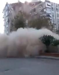 İzmir'deki depremde binanın yıkılma anı anbean kameraya yansıdı