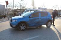 İŞÇİ SERVİSİ - İşçi Servisi Otomobille Çarpıştı Açıklaması 1 Yaralı