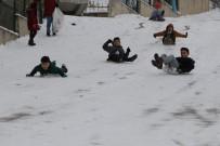 Kar Çocukların Yüzünü Güldürdü