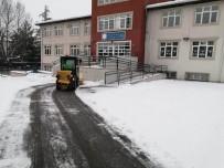 Okul Önlerindeki Karlar Temizlendi