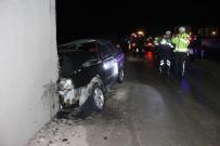 ÜST GEÇİT - Otomobil Üst Geçidin Ayağına Çarptı Açıklaması 2 Yaralı