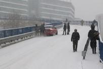 Sürücüler Buzlu Yollarda Hakimiyet Sağlamakta Zorlandı