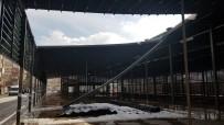 Kar Ağırlığını Kaldıramayan Pazar Yerinin Çatısı Çöktü