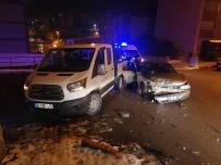 Otomobil İle Kamyonet Çarpıştı 4 Yaralı