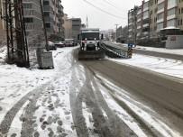 Belediye Ekipleri Kar Küreme Ve Tuzlama Çalışmalarını Yaptı
