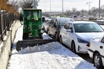 YÜRÜYÜŞ YOLU - Büyükşehir'den Yol, Kaldırım Ve Üst Geçitlerde Kar Temizliği