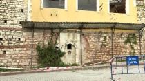 GÜNCELLEME- Fatih'te Tarihi Duvar Ve Çeşmenin Üzerine Yapılan İki Bina Yıkılıyor
