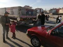 YAVUZ SULTAN SELİM - Güneşten Etkilenen Sürücü Önce Çöp Konteynerine Sonrada Tıra Çarptı