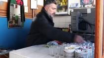 ÇAY OCAĞI - Van'da Çay Ocağının Önüne Toplanan 'Evladım' Dediği Kuşları 30 Yıldır Her Gün Yemliyor