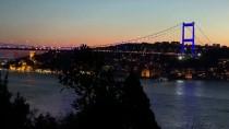 İstanbul'un İki Köprüsü Kosova Bayrağı Renklerine Büründü