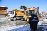 KAR TEMİZLEME - Talas'ta Kar Yığınları Kaldırılıyor